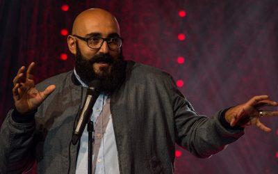 Stand up -koomikko Ali Jahangiri ei oikein sovi töihin yritysmaailmaan #oikeissatöissä
